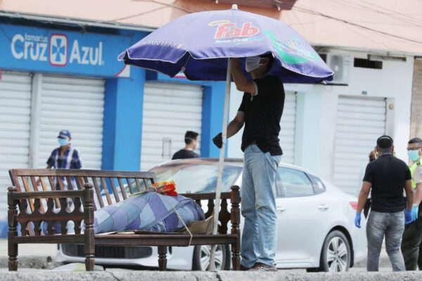 2020年4月4日,瓜亞基爾一名死者遺體被放在街道的一張長凳上。(Francisco Macias/Getty Images)