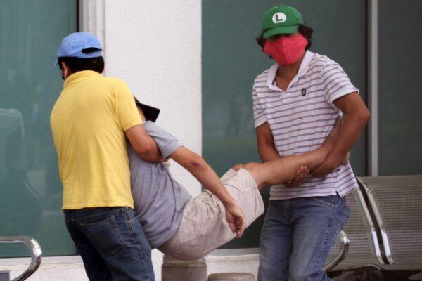 2020年4月1日,瓜亞基爾一名病人被抬進醫院。(ENRIQUE ORTIZ/AFP via Getty Images)