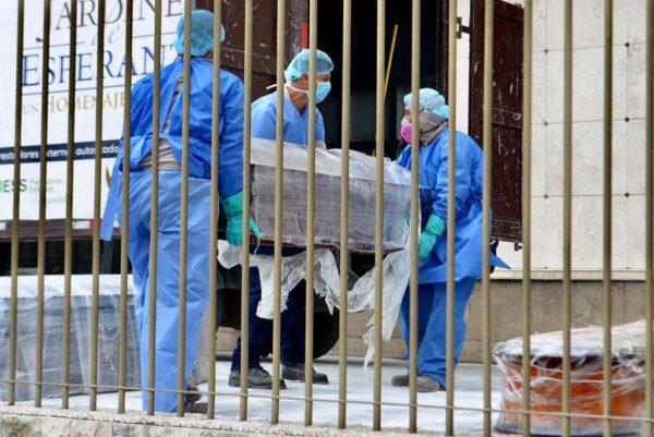 2020年4月1日,瓜亞基爾負責安葬死者的軍警,一天必須清運多達150具遺體。(MARCOS PIN/AFP via Getty Images)
