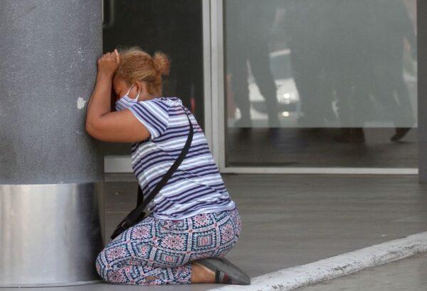 2020年4月4日,瓜亞基爾一名婦女因親人死亡,在醫院外跪地哭泣。(ENRIQUE ORTIZ/AFP via Getty Images)