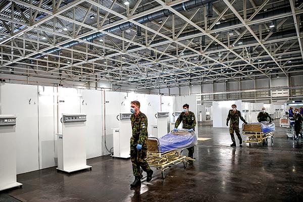 德國目前約有9萬6千多例確診病毒感染,已有1,444人死亡。圖為4月4日德國漢諾威展覽廳在改設為臨時醫院。(Getty Images)