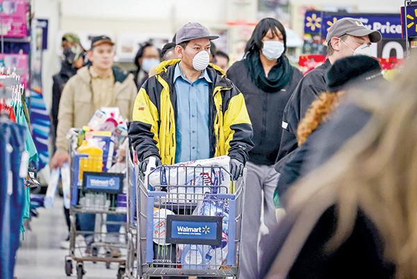 4月3日,紐約一家沃爾瑪超市內排隊等候結帳的消費者。(Getty Images)