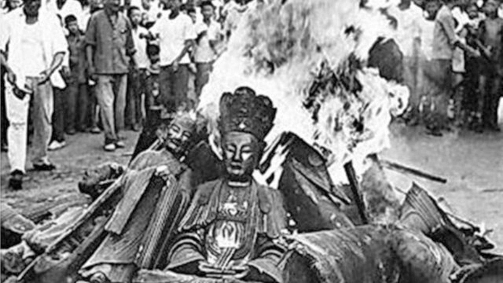 文革期間一幫無法無天之徒,到處打砸佛像、拆寺廟。(網絡圖片)