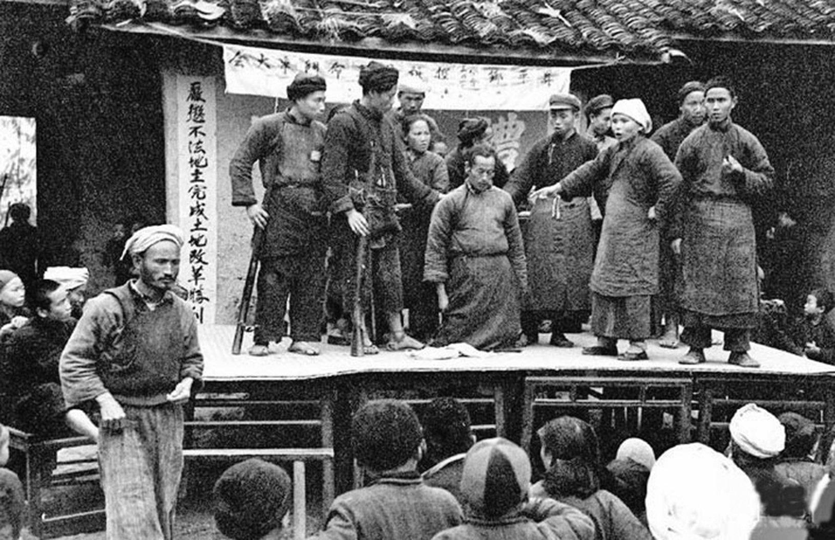 在土改中被批鬥的地主被強迫下跪。(網絡圖片)