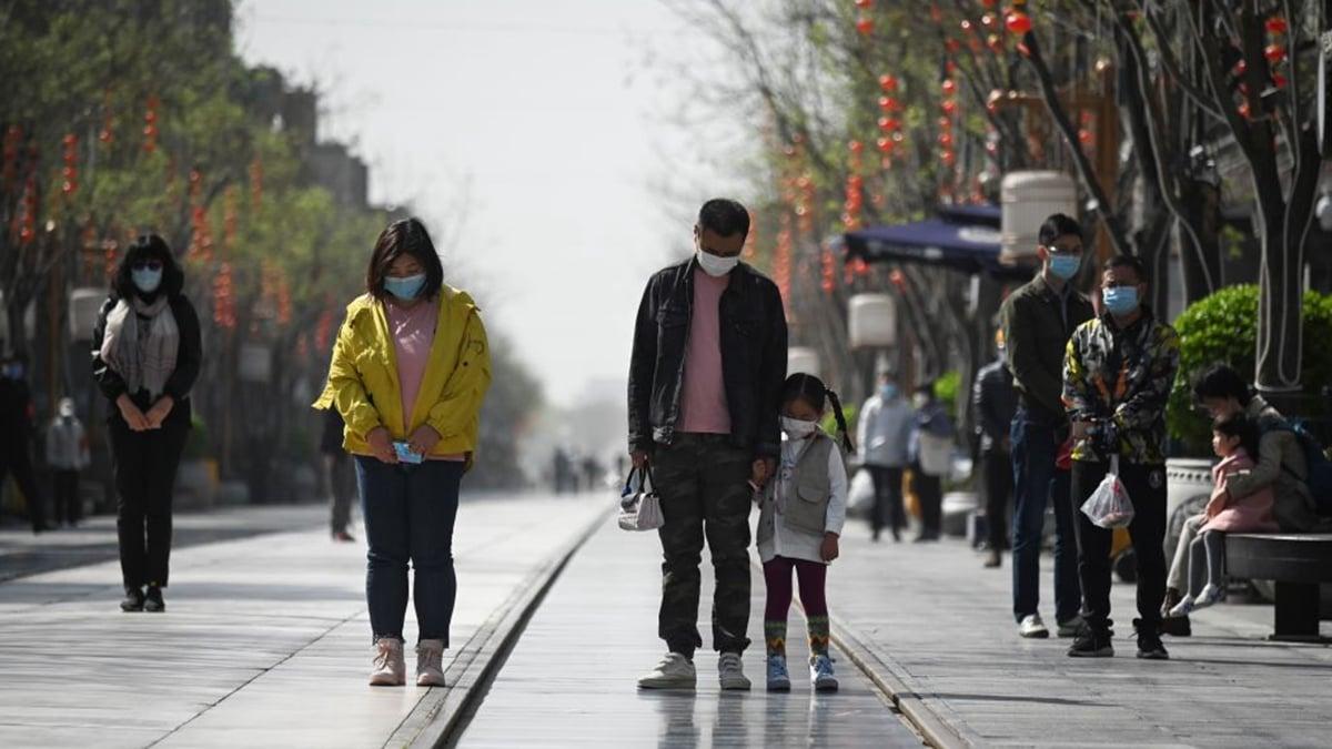 2020年4月4日,不少中國民眾在中共肺炎疫情中死去的人默哀。(WANG ZHAO/AFP via Getty Images)