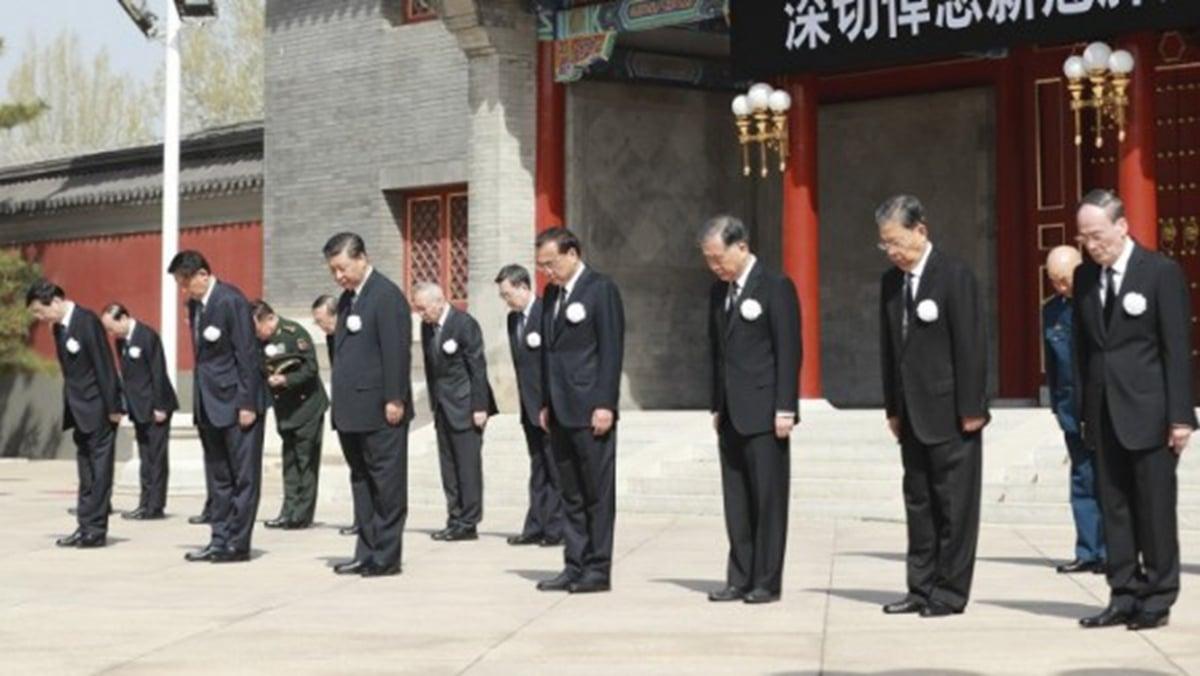 4日上午10時,習近平、王岐山和其他領導人,在中南海懷仁堂前悼念中共病毒病亡者。(推特圖片)