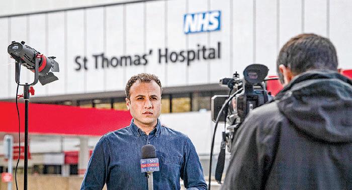 英國媒體周一在約翰遜入住的倫敦聖托馬斯醫院外報道最新消息。(Getty Images)