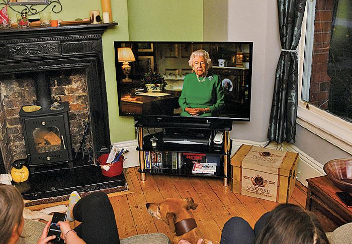 英女王4月5日晚發表全國電視講話,英國人都安坐家中收看。(PAUL ELLIS/AFP via Getty Images)