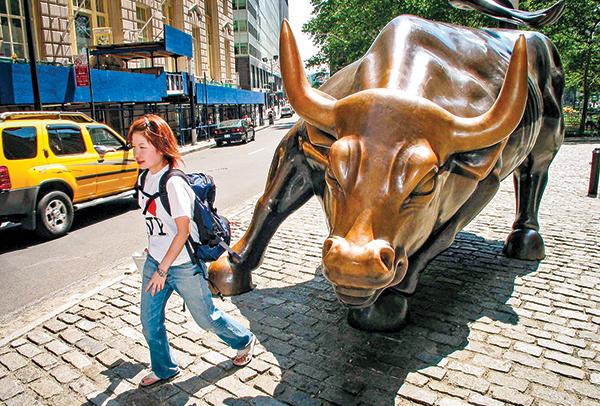 在疫情數據可能觸頂的預期心理下,美股三大指數4月6日同步大漲超過7%,頗有牛市重啟的味道。圖為紐約證券交易所前的銅牛。(Getty Images)