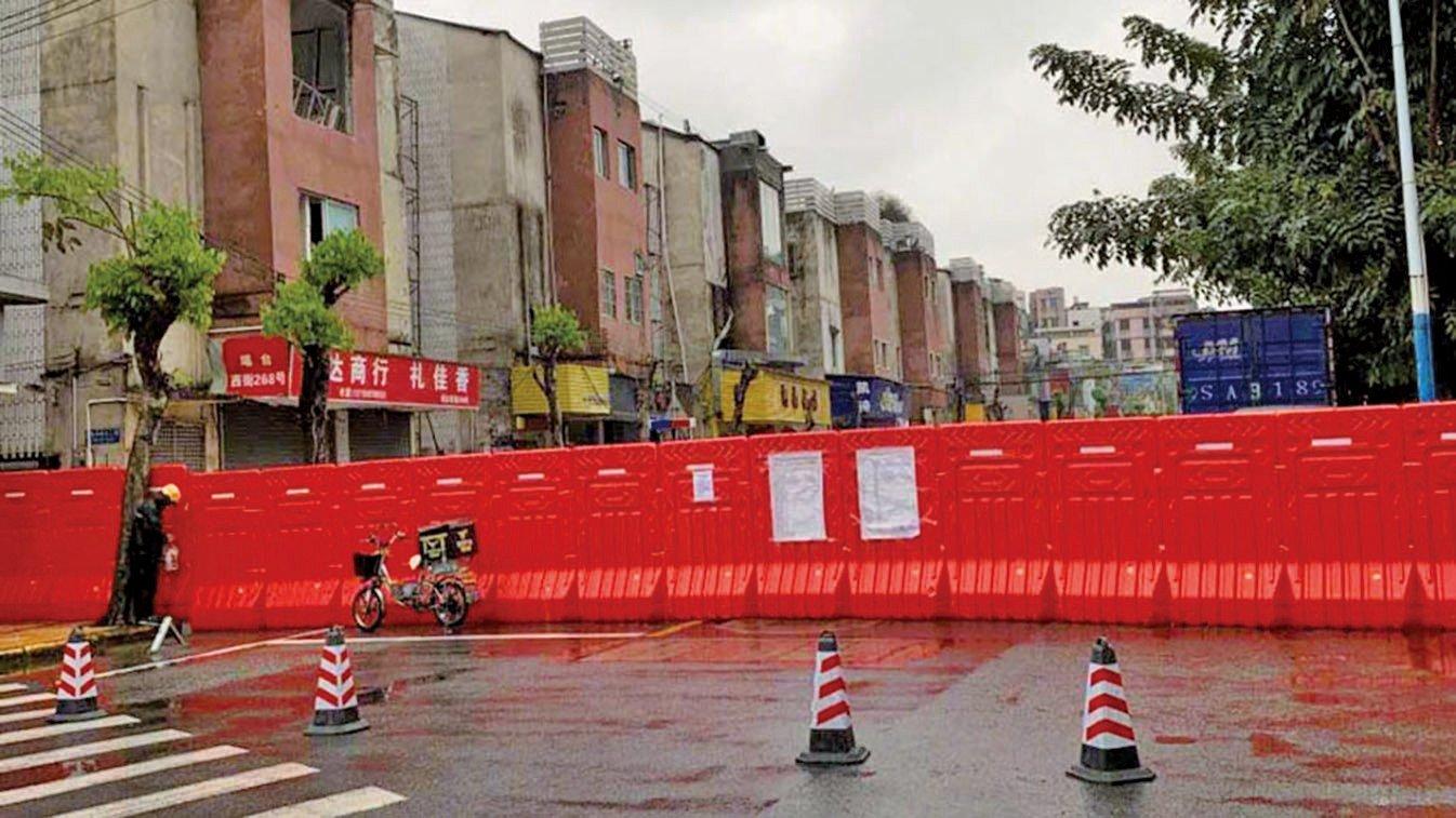 日前廣州市礦泉街突然封路,黑人聚居的瑤台片區遭「圍閉」。(網絡圖片)