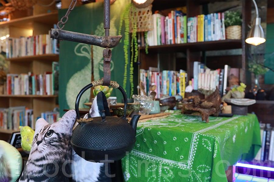 在書屋中以茶會友,也是Teresa和Ringo的樂趣之一。(陳仲明/大紀元)