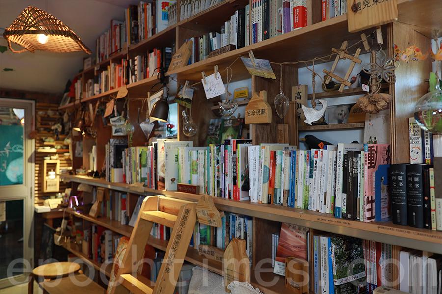 書屋中密密麻麻排列的書籍有約5000本。(陳仲明/大紀元)