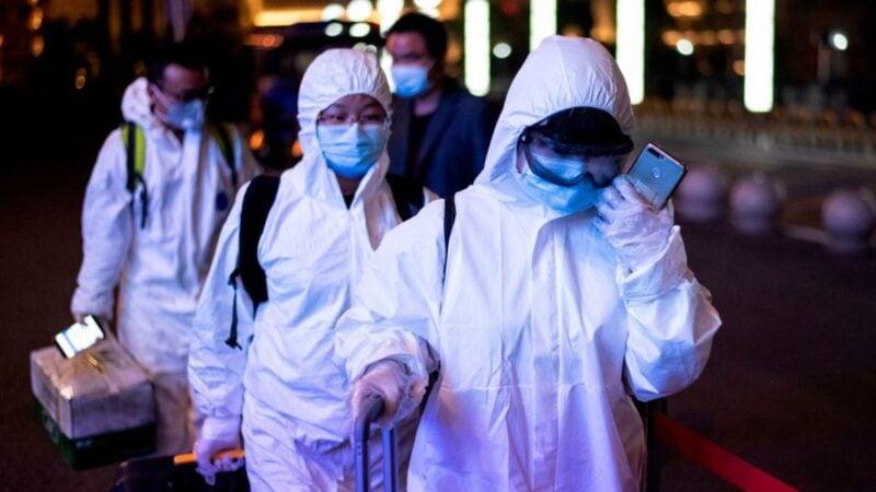 中國中部湖北省武漢市即將於2020年4月8日解除對外交通限制,有乘客穿著防危險品套裝出現在武漢市的武昌火車站。(NOEL CELIS/AFP via Getty Images)