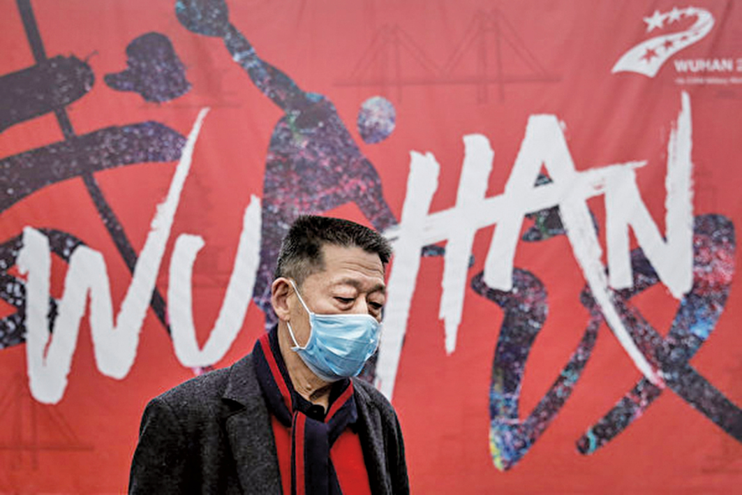 1月22日,一名男子走在武漢街頭。(Photo by Getty Images)