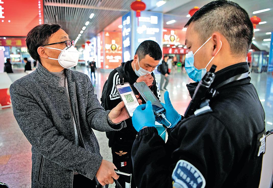 2月28日,中國浙江溫州,民眾向火車站保安人員出示健康碼。(Getty Images)