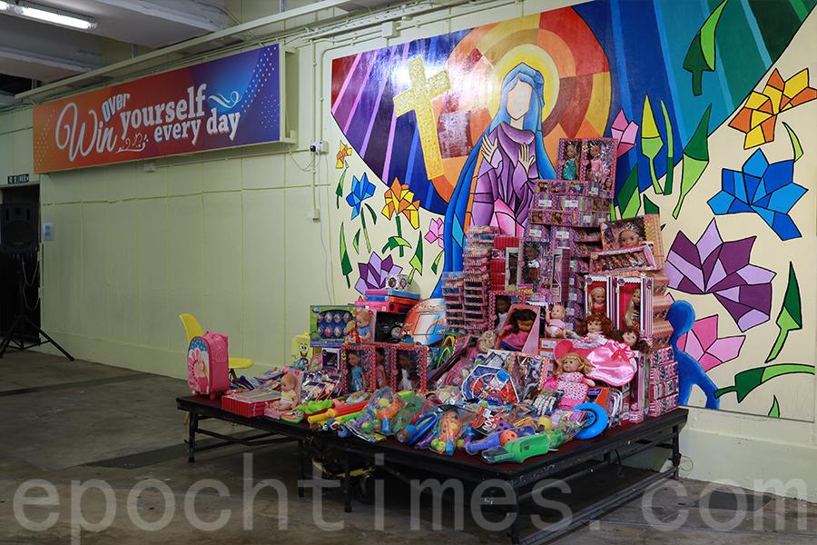 文具和玩具堆砌如一座小山,給原本沉寂的校園帶來溫馨的氣氛。(陳仲明/大紀元)