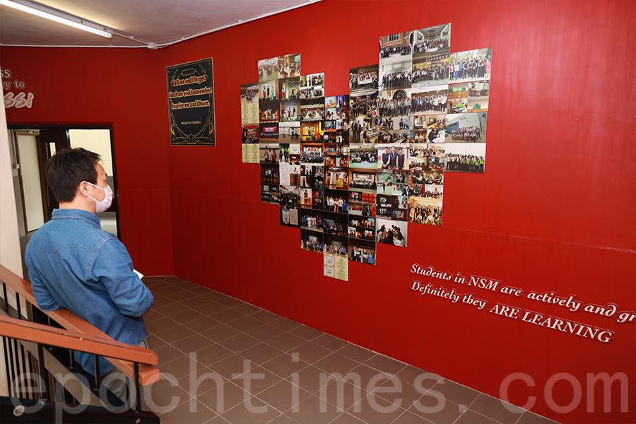 學校內的照片牆,展示豐富多彩的學生活動。(陳仲明/大紀元)