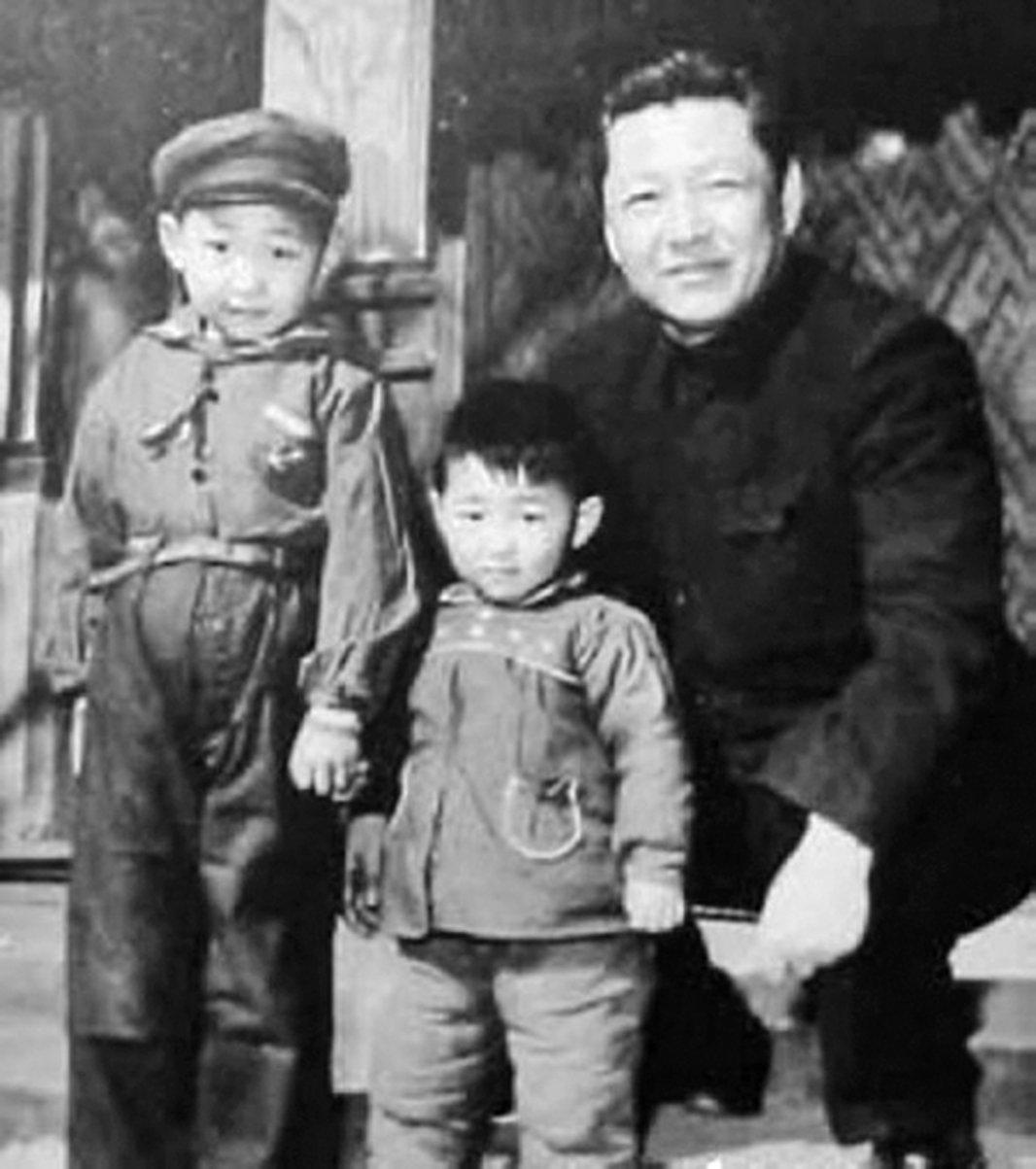 習近平(左)、習近平的弟弟習遠平(中)與父親習仲勳的合影。(網絡圖片)