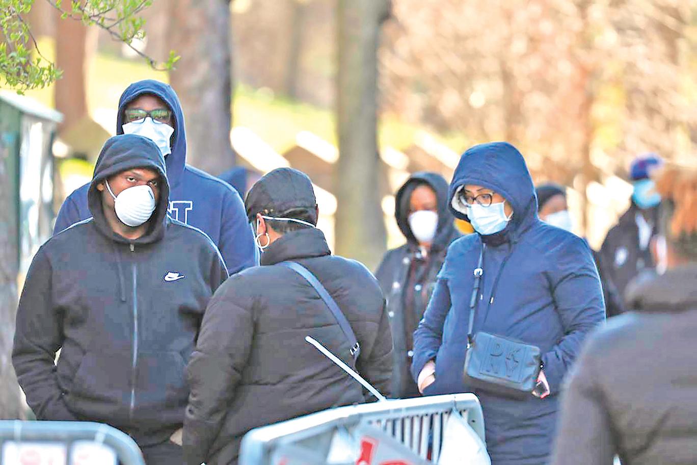 2020年4月1日,在紐約市布魯克林中央醫院外,人們排隊等候接受中共病毒的檢測。(Spencer Platt/Getty Images)