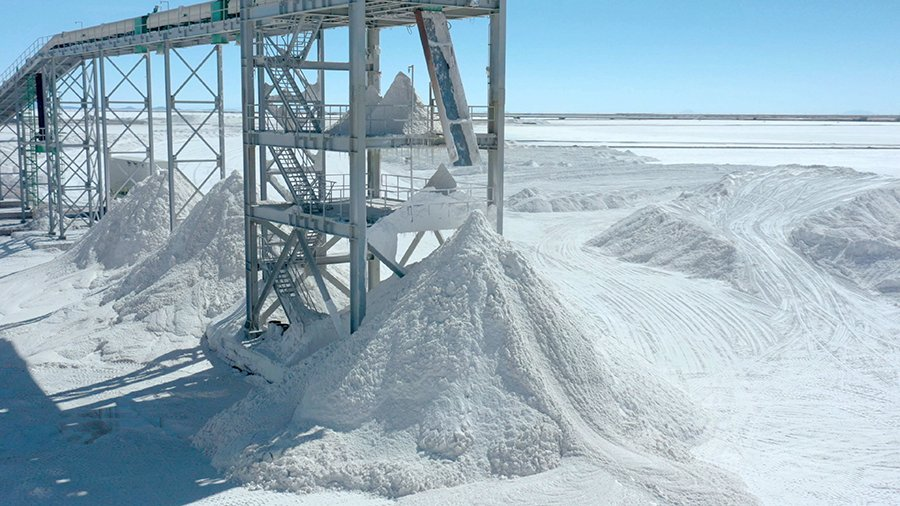 玻利維亞為中國提取及生產鋰,這亦是兩國倡議建立「一帶一路」發展的一部份。(PABLO COZZAGLIO/AFP via Getty Images)
