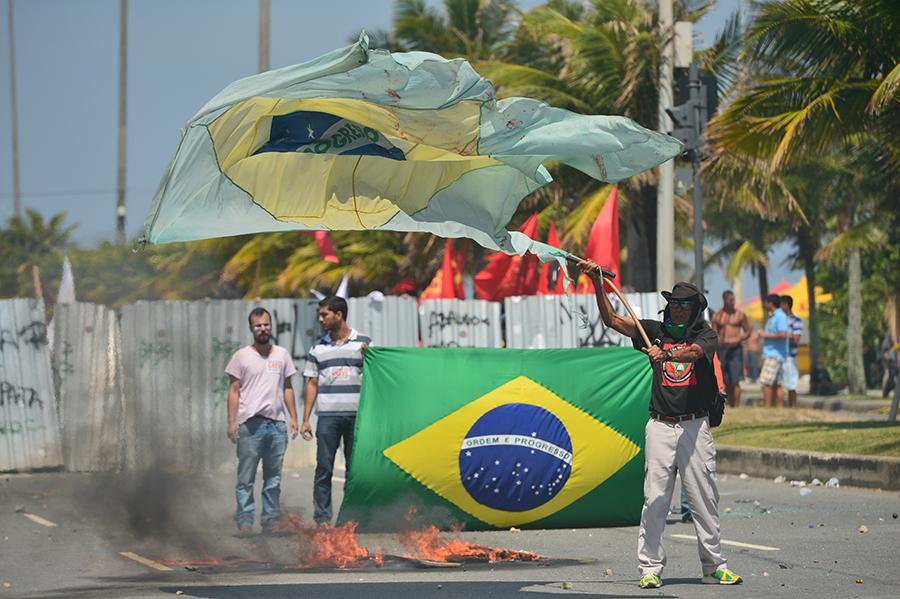 巴西民眾抗議中海油和中石油參與當地的油田開發。2013年,這兩家中資油企連同另三間外資簽定了為期35年的鑽油權。(CHRISTOPHE SIMON/AFP via Getty Images)