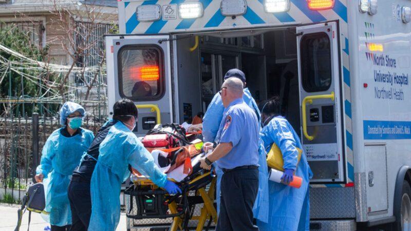 美國紐約的醫護人員在把患者送上急救車。(Kena Betancur/Getty Images)