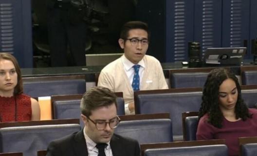 上海東方衛視白宮特派記者張經義(右二)4月9日在白宮記者會提問。(白宮直播截圖)