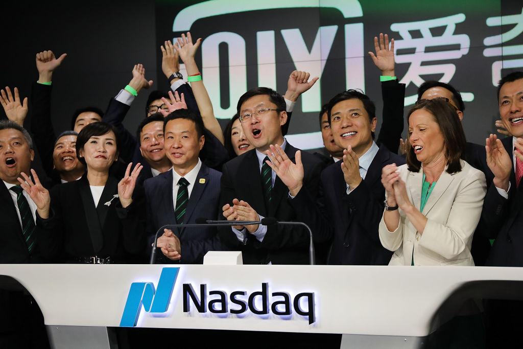 2018年3月29日,愛奇藝在美國紐約納斯達克舉行首次公開募股(IPO)儀式。圖中戴眼鏡者為愛奇藝創始人、首席執行官龔宇,右邊的為百度創始人李彥宏。(Spencer Platt/Getty Images)