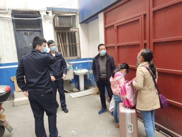 圖為涉事母女被當地公安帶回派出所。(「平頂山新鮮事」微博)