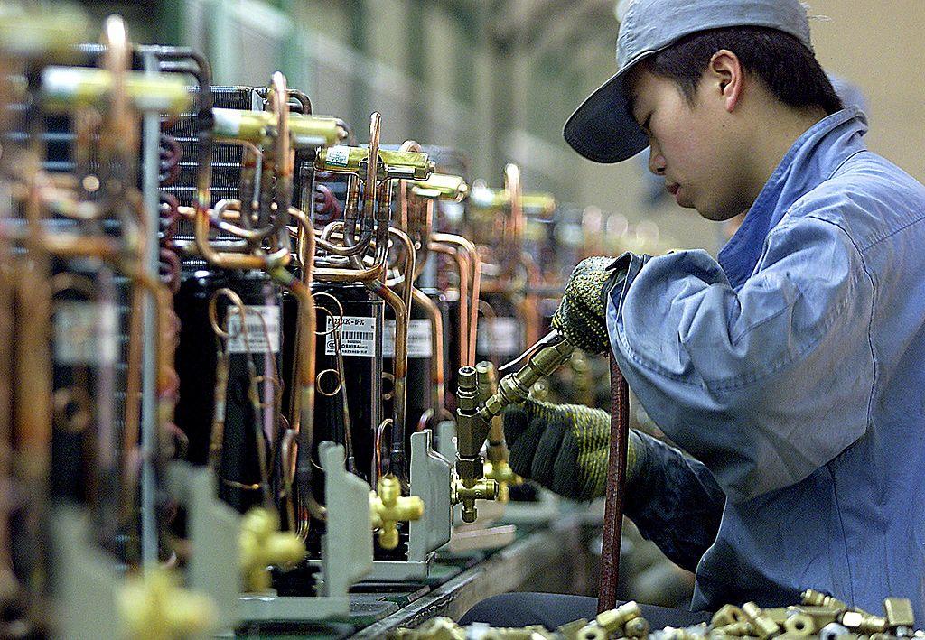 一名中國工人在上海一家日本家用電器公司工作。 (Photo credit should read LIU JIN/AFP via Getty Images)