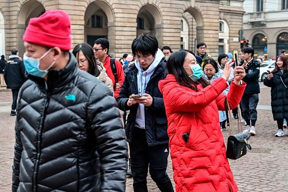 1月30日意大利首個檢測出的中共病毒感染患者是來自武漢的夫婦遊客。 2月1日米蘭街頭仍有大量中國遊客,部分已經戴上口罩。 (MIGUEL MEDINA/AFP via Getty Images)