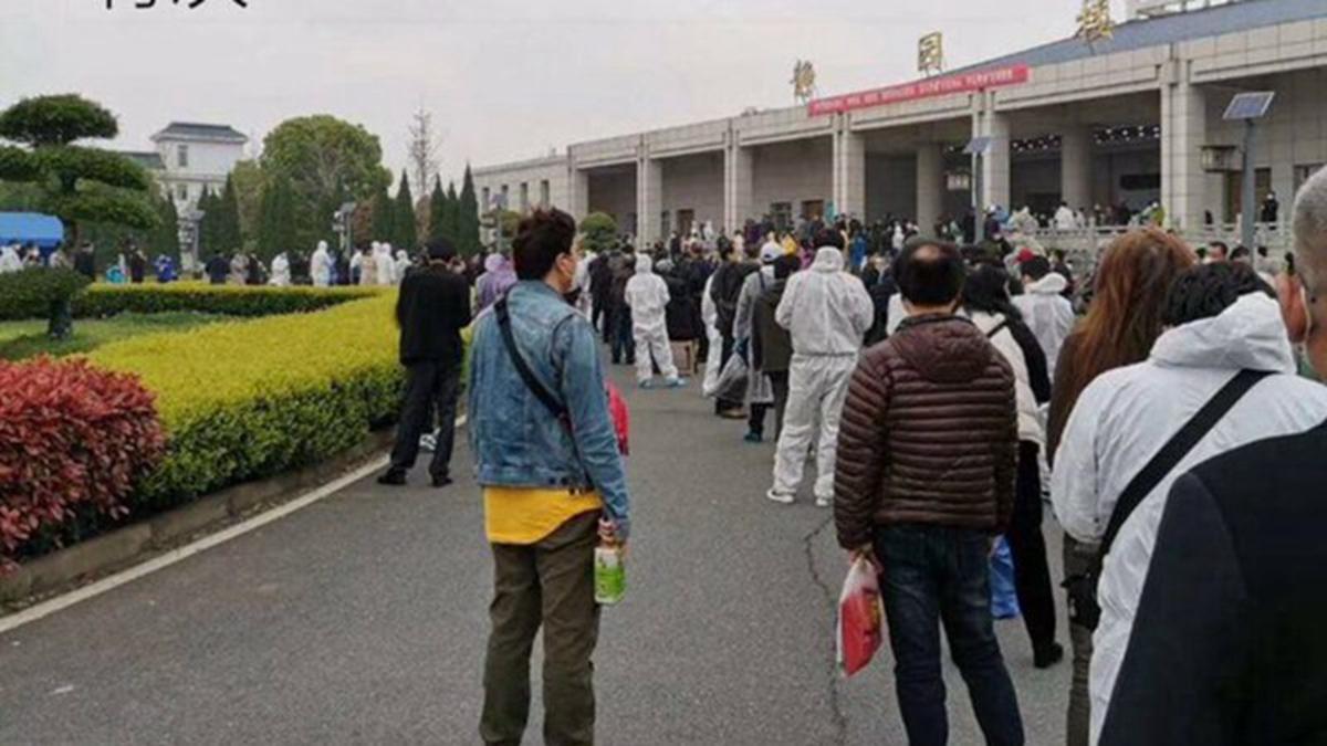 3月25日一大早,領骨灰的人在武漢漢口殯儀館門口大排長龍。(推特圖片)