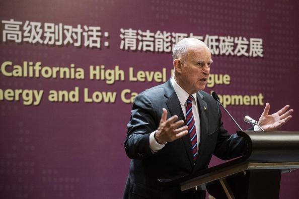 2017年6月8日,加州州長Jerry Brown 在北京一個能源會議上發言。他得到北京紅地毯式的招待,而特朗普政府的能源老總則被冷落,當時被認為北京準備繞過白宮來應戰「氣候變化」。  (FRED DUFOUR/AFP via Getty Images)