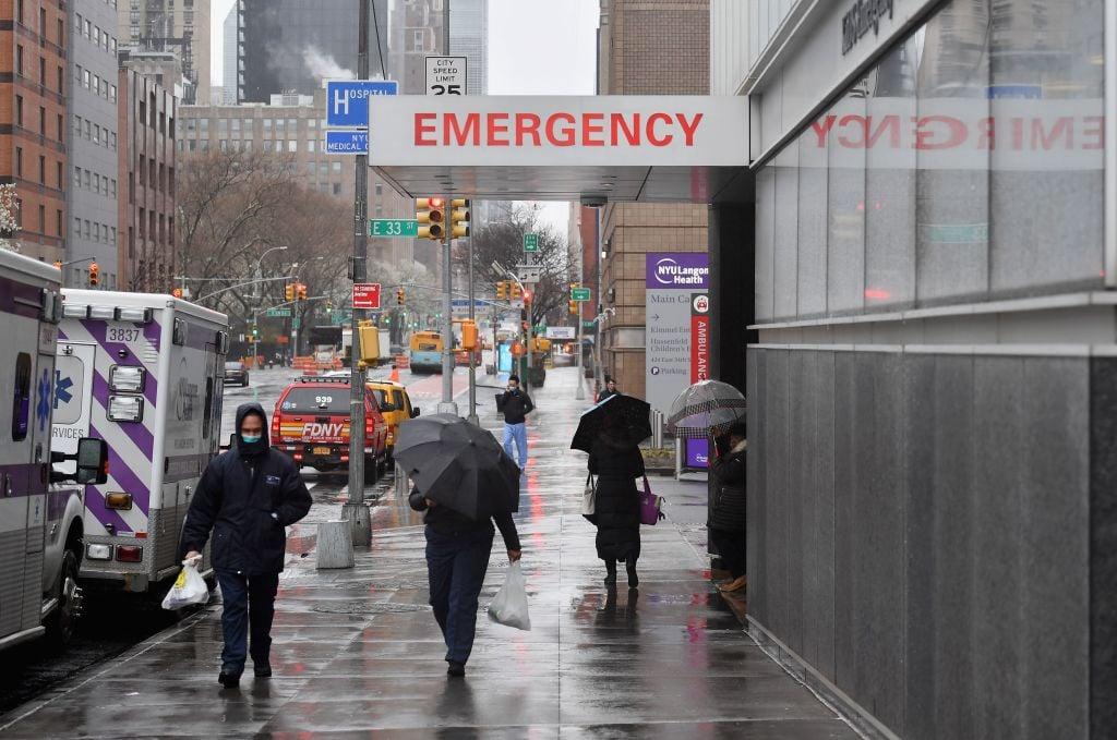 圖為2020年3月23日,紐約市的紐約大學朗格尼醫學中心急症室入口處。(ANGELA WEISS/AFP via Getty Images)
