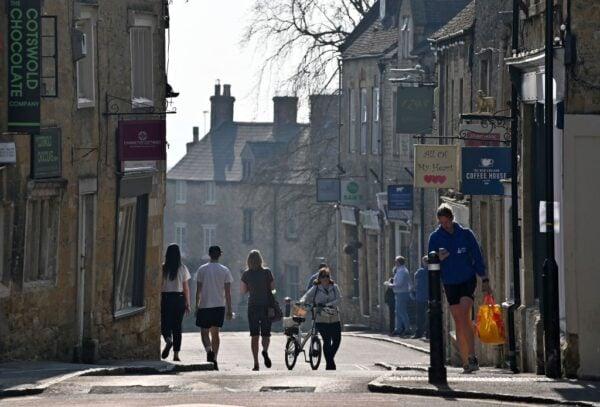 2020年4月11日,民眾悠閒走在英格蘭中部科茨沃爾德村莊道路。(JUSTIN TALLIS/AFP via Getty Images)