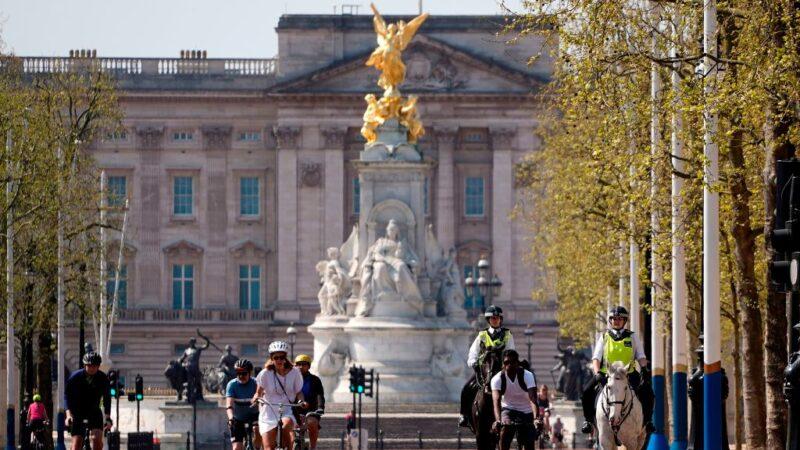 2020年4月11日,民眾悠閒的在倫敦市中心白金漢宮外騎自行車。(NIKLAS HALLE'N/AFP via Getty Images)