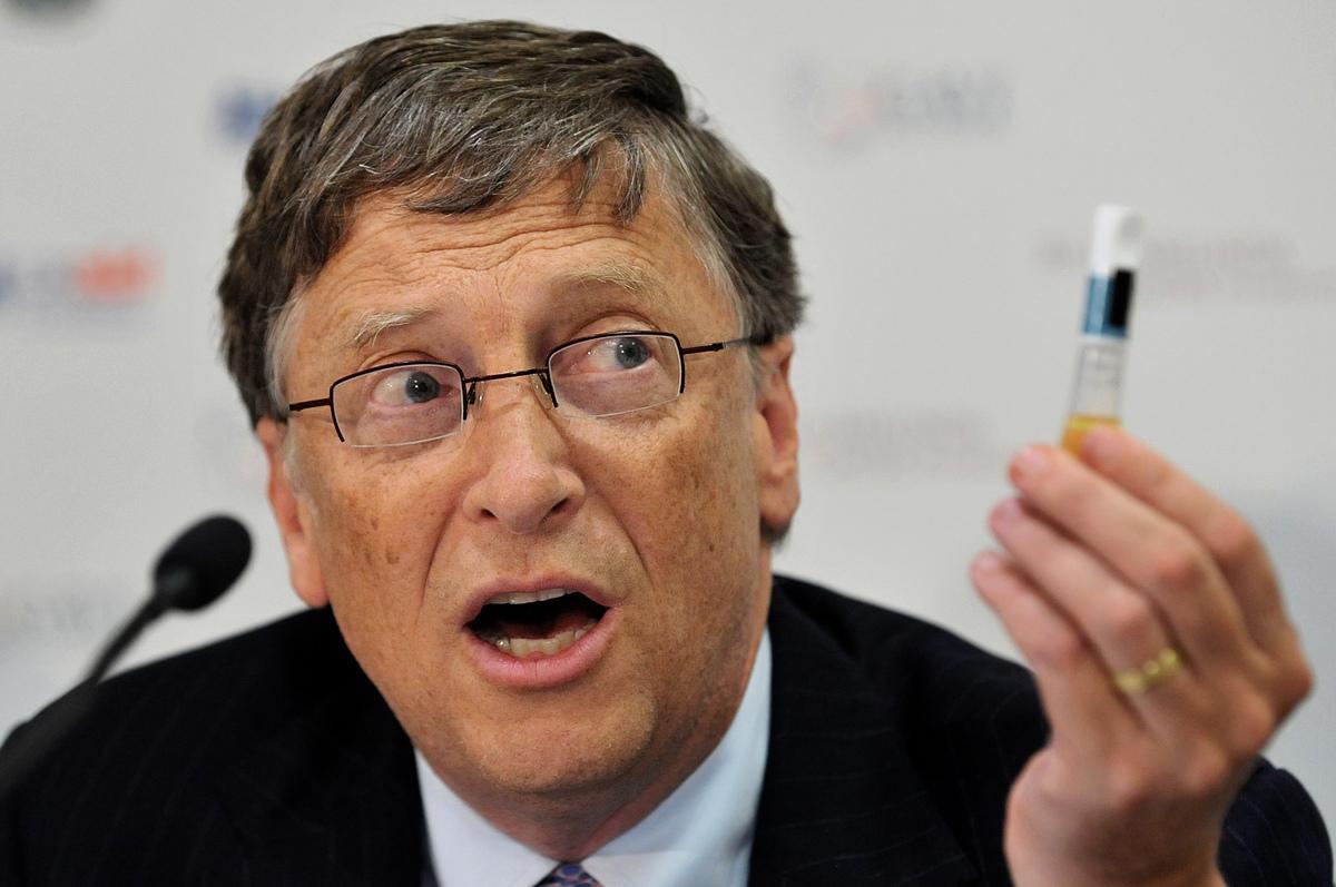 比爾·蓋茨2011年在全球疫苗免疫聯盟(GAVI)會議上手持疫苗的資料照。(BEN STANSALL/AFP via Getty Images)