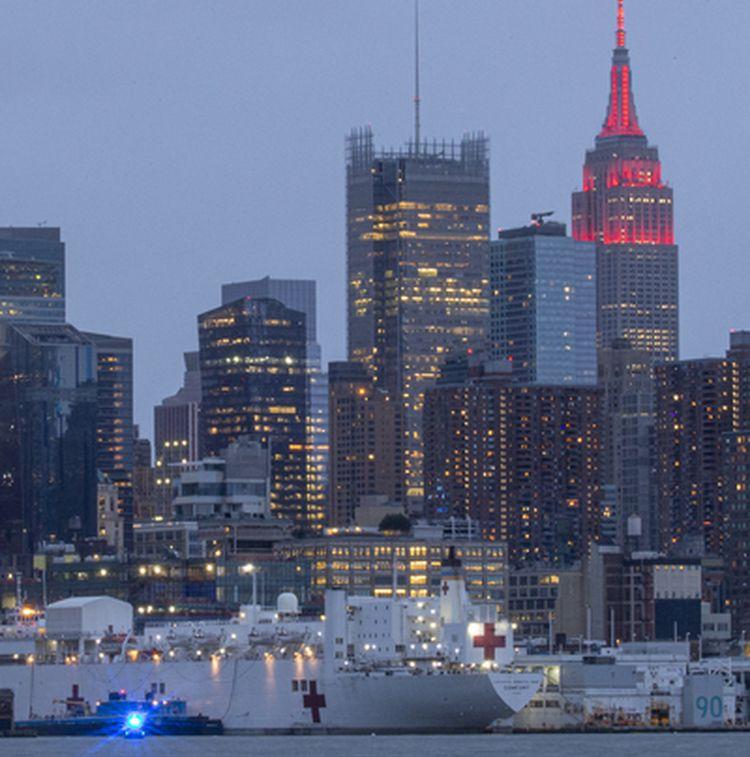 2020年4月3日,紐約帝國大廈亮起了如「救護車警示燈」的紅燈,向與疫情作戰的醫療人員致意。(Kena Betancur/Getty Images)