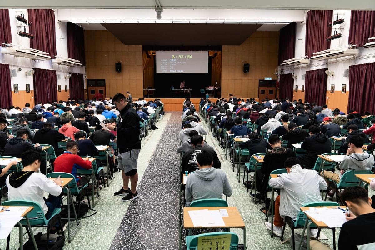 楊潤雄表示考場安排會兼顧防疫。圖為2019年香港中學文憑試中文科卷一試場。(考評局提供)