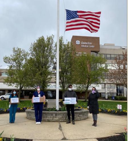 4月10日,何太夫婦到菲力荷中心醫院與NY4HK組織一起捐贈了四千個口罩。(Amanda Ho提供)