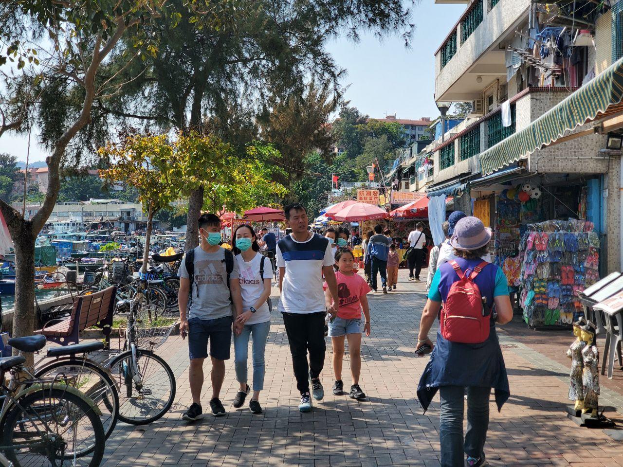 2020年復活節假期,香港離島長洲有許多遊客來遊玩。(宋碧龍 / 大紀元)