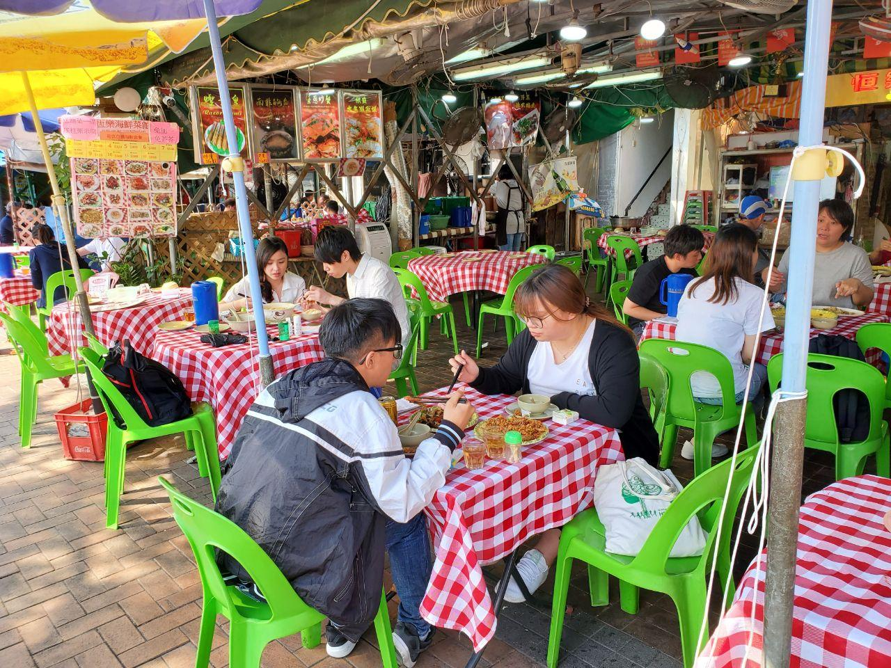 以長洲為例,今日當地天高氣爽,可見很多背著背囊的遊客,一家大小有踏單車的,也有徒步旅行的,在食肆內也可見有不少人用餐和聊天.(宋碧龍 / 大紀元)