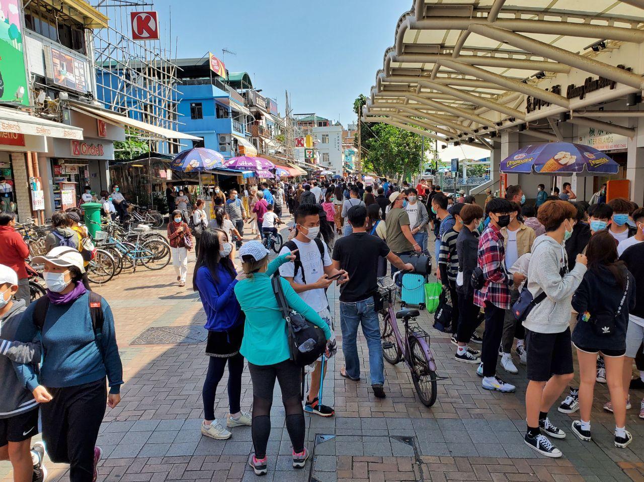 2020年復活節長假期,以長洲為例,當地天高氣爽,可見很多背著背囊的遊客,一家大小有踏單車的,也有徒步旅行的,在食肆內也可見有不少人用餐和聊天。(宋碧龍 / 大紀元)