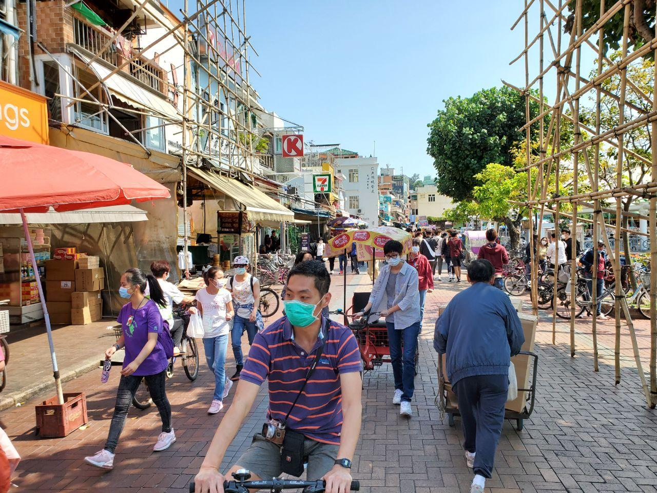 以長洲為例,4月13日當地天高氣爽,可見很多背著背囊的遊客,一家大小有踏單車的,也有徒步旅行的,在食肆內也可見有不少人用餐和聊天。(宋碧龍 / 大紀元)