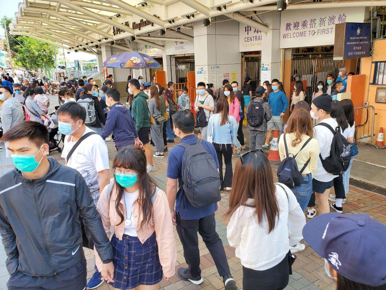 本港武漢肺炎(中共病毒)疫情近日似有回落趨勢,確診人數首度下降至個位數。不少市民亦趁着復活節長假期外出旅遊,離島等郊區更是極其熱鬧、人2020年復活節期間,很多人來到香港離島郊遊,有些人更是除罩(脫下口罩)抓緊呼吸新鮮空氣。衞生防護中心張竹君醫生表示,切莫忽視 2 周的潛伏期,呼籲市民不要掉以輕心。(宋碧龍 / 大紀元)