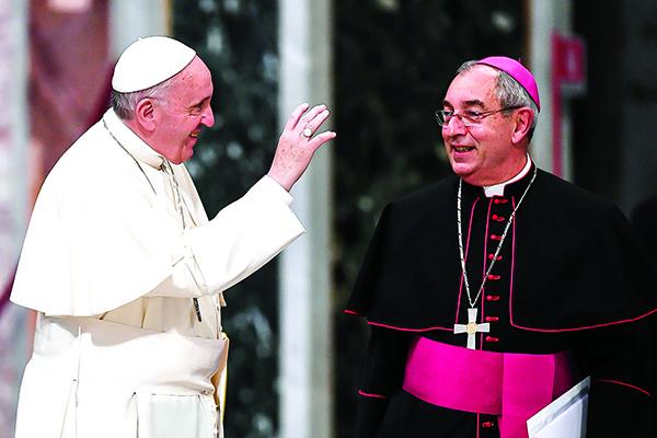 66歲的羅馬教區紅衣主教安吉洛.德.多納提斯(右)是梵蒂岡至今感染中共病毒的最高級別神職人員。(Getty Images)
