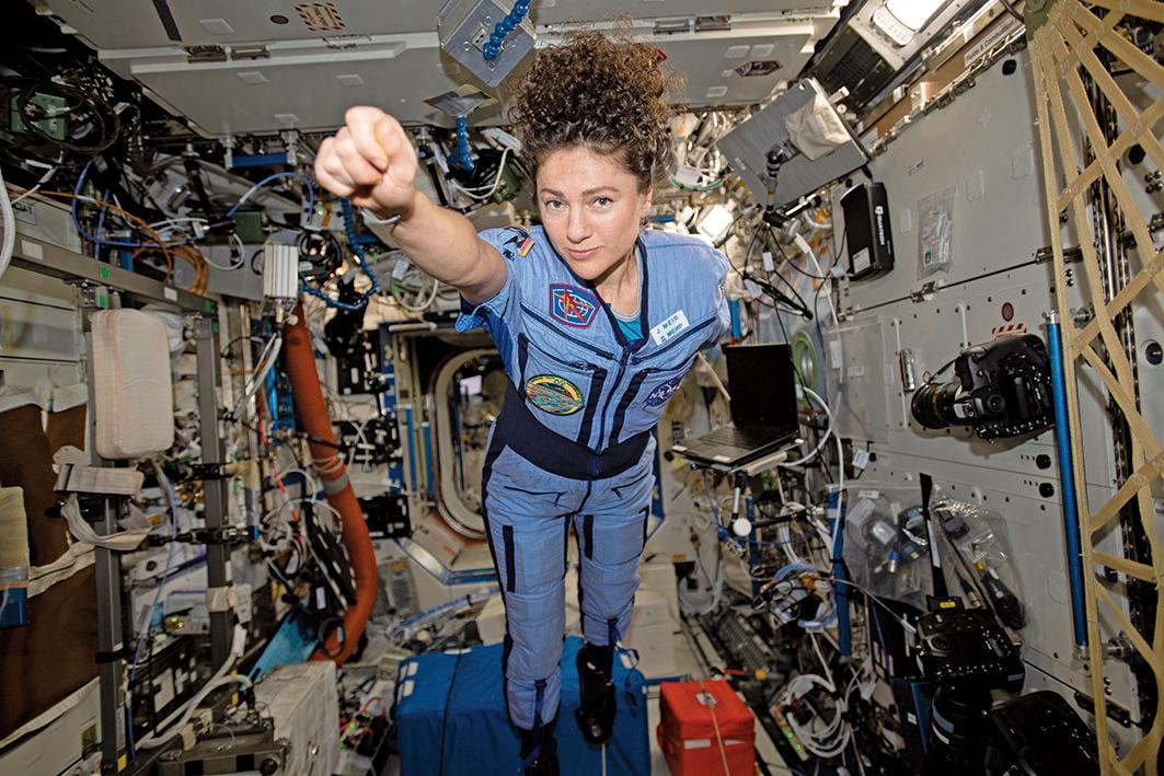 NASA太空人Jessica Meir在太空站內做出超人的招牌動作。(NASA)