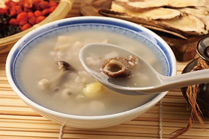 用山藥、茯苓煮粥、煲湯食用,可以養肺氣、健脾胃,增強抵抗力。(Shutterstock)