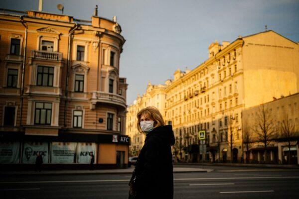 2020年4月13日,一名戴著口罩的婦女在莫斯科市中心的一個巴士站候車。(DIMITAR DILKOFF/AFP via Getty Images)