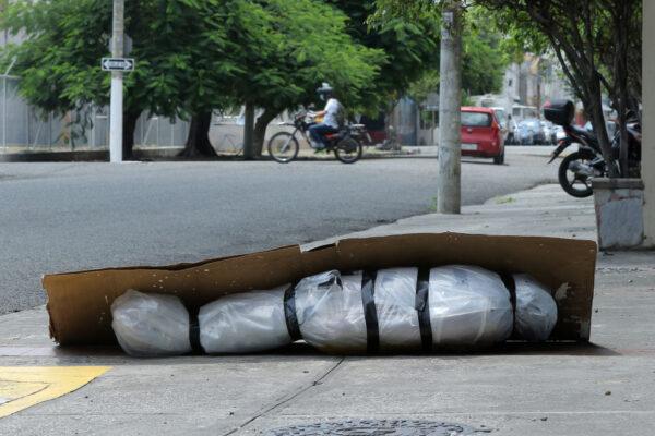 2020年4月6日,在瓜亞基爾道路上,用塑料包裹和用紙板蓋的一個被遺棄的屍體。(Francisco Macias/Getty Images)